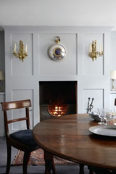 Discover the restored Georgian house of gilder Clare Mosley on HOUSE - design, food and travel by House & Garden. Discover stylish interior design idea from real homes on House & Garden. Georgian Interiors, Georgian Homes, Cottage Interiors, Georgian Kitchen, Modern Georgian, Interior Design Colleges, Interior Design Tips, Home Design, Design Ideas