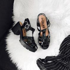 """513 curtidas, 10 comentários - ALINE ZOTTI (@alinezotti_) no Instagram: """"já pensando em zilhões de looks natalinos pra montar com essa lindeza @quiz_calcados 🖤 #TEAMquiz"""" Cool Instagram Pictures, Miu Miu Ballet Flats, Shoes, Fashion, Moda, Zapatos, Shoes Outlet, Fashion Styles, Shoe"""