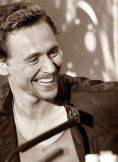 Tom Hiddleston, la sonrisa de este hombre es brutal...