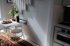 Pöytä on piilotettavissa portaiden alle.