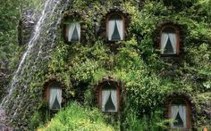 Osannolik byggnad. Magic Mountain Lodge, Huilo Huilo Private Natural Reserve, Chile