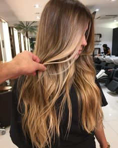 Brown hair Inspiration - Best Hairstyles & Haircuts for Men and Women in 2019 Hot Haircuts, Hairstyles Haircuts, Cool Hairstyles, Hair Color Balayage, Ombre Hair Color, Brown Hair Inspiration, Boliage Hair, Hair Color Guide, Blonde Curly Hair