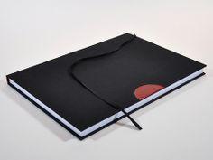 Handgebonden #notitieboek A4 zwart linnen met #rood leren accent, ontworpen en gemaakt door #PapierRivier #Mannenboek