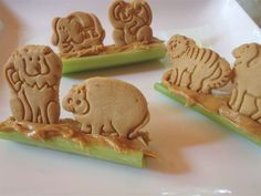 Fun version of ants on a tree trunk celery, animal crackers and peanut butter …. Fun version of ants on a tree trunk celery, crackers and peanut butter … – VBS Snacks – Pregnancy Lunch Snacks, Healthy Snacks, Kid Snacks, Jungle Snacks, Preschool Snacks, Easy Snacks, Lunches, Cute Food, Good Food