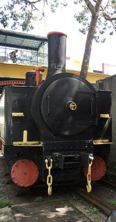 Locomotora Línea Caracas - La Guaira, Caracas, Vzla. 2010 - Una señorial locomotora del Ferrocarril Caracas - La Guaira. Hermosa como el paisaje que recorria. - Fotolog