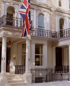 Knightsbridge Hotel - Within easy reach of Hyde Park, Oxford Street, Sloane Square and the fashionable boutiques of Knightsbridge.