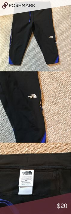 The north face cropped leggings size large Authentic see the hologram logos Size large  In excellent condition  Cropped leggings  Has zipper on the back The North Face Pants Ankle & Cropped