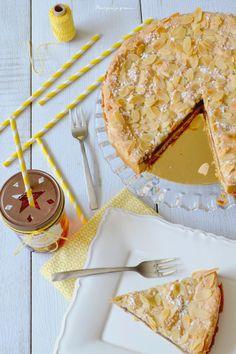 Tarte macaronée, crème d'amande & confiture de framboises.
