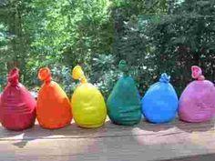 Des ballons remplis de pâte à modeler