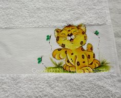 toalha infantil com pintura de oncinha Fabric Painting, Painting & Drawing, Art Projects, Projects To Try, Cute Designs, Cool Drawings, Baby Items, Winnie The Pooh, Baby Animals