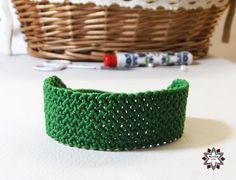 Tutorial: Grid pattern bracelet how to make macrame bracelets Jewelry Knots, Macrame Jewelry, Macrame Bracelets, Jewelry Making Classes, Diy Friendship Bracelets Patterns, Textiles, Micro Macrame, Loom Beading, Diy Tutorial