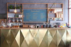 Bureau extérieur café avec bar d'or avec panneau de menu