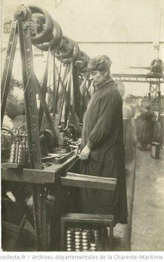 [Ouvrière à l'usine Douilhet de Caudéran (Gironde) pendant la guerre : photographie]
