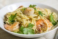 Linguine crevettes et pétoncles à l'ail—Tout le plaisir du goût indémodable des crevettes à l'ail dans un plat de pâtes.