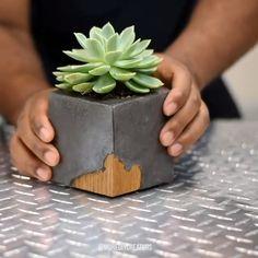 Cement and wood vase – Living Room Ideas Diy Cement Planters, Cement Flower Pots, Concrete Pots, Concrete Garden, Cement Art, Concrete Crafts, Concrete Projects, Diy Crafts Hacks, Diy Home Crafts