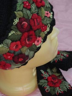 Купить или заказать Женская шапочка с ручной вышивкой   черная в интернет магазине на Ярмарке Мастеров. С доставкой по России и СНГ. Материалы: шерсть 100%, полушерстяная пряжа. Размер: сделаю по размерам заказчика