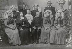 Familie uit Winssen, 1908 Rooms-katholieke familie uit Winssen. Een aantal is gekleed in streekdracht en een aantal draagt algemene modekleding. #Gelderland #LandMaasWaal