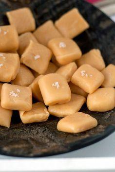 Dat je van een potje gezoete gecondenseerde melk dulce de leche kon maken, dat wist ik. Maar dat je er ook lekkere karamelsnoepjes mee kon maken, dat wist ik niet. Tot ik onlangs dit recept tegenkwam in Libelle Lekker. Veel meer dan het blikje melk heb je er trouwens niet voor nodig: een klein beetje … Caramel Bonbons, Caramel Fudge, Dutch Recipes, Sweet Recipes, Candy Recipes, Dessert Recipes, High Tea, Delicious Desserts, Cupcake Cakes