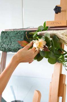 Photobooth in Blush und Burgundy selber machen – Elegante Hochzeit Teil 3   Blumigo Diy Wedding Garland, Floral Wedding Decorations, Wedding Lanterns, Wedding Flowers, Deco Floral, Floral Foam, Flower Archway, Flower Bouqet, Floral Arrangements