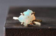Raw Opal Ring por LexLuxe en Etsy