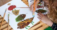 Knutselen in de herfst: op zaterdag naar buiten om bladeren te zoeken, op zondag een prachtig kunstwerk vol fantasiedieren maken! De bladeren droog je tussen twee velletjes keukenpapier met daarop een stapel boeken. Dit duurt minimaal een dag. Plak ze daarna van groot naar klein op een groot vel papier en maak er met stiften, potlood of verf rare dieren van. Een rode neus, lange poten, een harige vacht, alles kan! Fantaseer je eigen dierentoren bij elkaar. Even laten drogen en klaar is je…