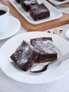 Cookie dough brownies, kan det bli godare! Med lite lättvispad grädde till så blir detta så ljuvligt gott. Denna brownie går fort att baka men låt den gärna kallna helt, gärna över en natt. Skär sedan upp i små bitar, den är väldigt mäktig. Recept form 20x20 cm 120 gr rumsvarmt smör 1 dl brun farinsocker strö 1 dl socker 1 st ägg 1 tsk vaniljsocker 180 gr mjöl 0,5 tsk salt 0,5 tsk bakpulver 0,5 tsk bikarbonat 150 gr chokladknappar/hackad choklad Klä formen med bakplåtspapper. Vispa smör och… Cookie Dough Brownies, Fudge, Cookies, Desserts, Food, Crack Crackers, Tailgate Desserts, Deserts, Biscuits