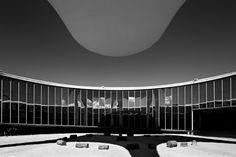 Oscar Niemeyer pelas lentes de  Haruo Mikami,Memorial dos Povos Indígenas. Image © Haruo Mikami