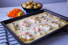 En god gratäng där såsen och torsken tillagas samtidigt i ugnen. Fisken blir saftig och får en god smak av såsen. Servera med valfritt tillbehör, passar perfekt med potatis, pasta, ris eller sallad. HÄR! hittar du recept på samma rätt fast med lax. 6 portioner torskgratäng 800 g torskfilé 5 dl grädde (gärna vispgrädde) 3 dl creme fraiche 1 dl hackad färsk dill eller 0,5 dl djupfryst dill 0,5 purjolök 1 citron (justera syra efter smak) 1 fiskbuljong eller salt 1 tsk dijonsenap Salt & peppa... Fish Recipes, Snack Recipes, Cooking Recipes, Healthy Recipes, I Love Food, Good Food, Zeina, Swedish Recipes, Fodmap Recipes