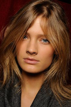 Stella McCartney Spring 2010 Ready-to-Wear Fashion Show Beauty Neutral Blonde, Blonde Color, Blonde Balayage, Blonde Highlights, Level 6 Hair Color, Show Beauty, Beauty Tips, Pretty Hair Color, Honey Blonde Hair