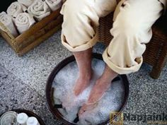 How to Get Rid of Foot Odor? Home Remedies for Foot Odor Removal. Treat Foot Odor at home. Foot Remedies, Homeopathic Remedies, Health Remedies, Foot Soak Vinegar, Toenail Fungus Remedies, Foot Odor, Good Massage, Massage Room, Neck Massage