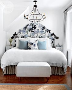 Lieblich A Stark White Bedroom With Blue Floral Touches