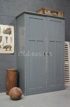 Linnenkast 10234 - Stoere oude houten linnenkast met een grijze kleur. De kast heeft een mooie geleefde uitstraling, achter de deuren een hang en leg gedeelte. De kast is demontabel.
