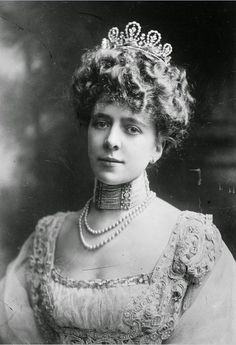 Lady Violet Gertrude Twining, Marchioness of Donegall, wearing a diamond floral tiara, featuring five diamond loop motifs, with floral centres and diamond spacers.