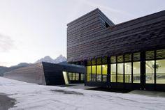 Struttura della Protezione Civile, a San Candido/Innichen (BZ); facciata e tetto in rame preossidato. Progettista: AllesWirdGut Architektur