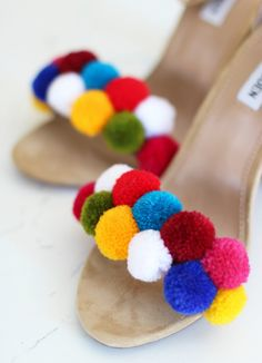 Learn How to Make a Pom Pom HeadbandLearn How to Make a Pom Pom Headband, easy pom pom, easy headband tutorial, DIY headband, DIY pom pomDIY Pom Pom ShoesDIY Pom Pom Shoes Craft Stick Crafts, Fun Crafts, Diy And Crafts, Pom Pom Sandals, Diy Vetement, Do It Yourself Fashion, Pom Pom Crafts, Easter Bunny Decorations, Easter Crafts For Kids
