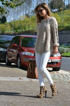 Diy Crafts - Iria&Me: Slippers or Booties? Winter Travel Outfit, Winter Outfits, Casual Outfits, Pull Torsadé, Knit Fashion, Winter Sweaters, Cardigans For Women, Pulls, Pullover Sweaters
