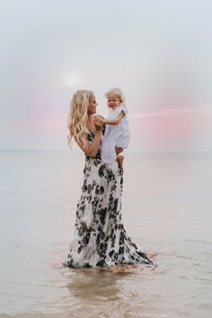 Mommy and Me Strand Fotosession von Lindsey O. Summer Family Photos, Outdoor Family Photos, Family Beach Pictures, Beach Photos, Fall Photos, Beach Photography, Maternity Photography, Family Photography, Seattle Photographers