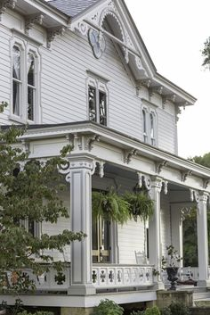 See photos of the beautifully restored North Carolina home of Kenny Long Thomas and Leeta Harding Victorian Architecture, Amazing Architecture, Architecture Details, Victorian Porch, Victorian Style Homes, Victorian Farmhouse, Farmhouse Front, Southern Porches, Southern Homes