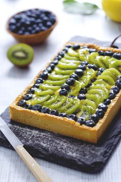 Take inspiration from this kiwi and blackberry tart to impress your guests! Italian Desserts, Italian Recipes, Kiwi, Cake Recipes, Dessert Recipes, Cooking Cake, Fruit Tart, Sweet Tarts, Afternoon Snacks