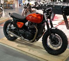 The British manufacturer, Triumph Motorcycle, introduced the latest addition to their scrambler motorbike lineup. Triumph presents the Scrambler 1200 with this Ducati Scrambler, Triumph Street Scrambler, Triumph Street Twin, Cafe Racer Motorcycle, Moto Bike, Motorcycle Design, Cafe Moto, Pink Motorcycle, Tracker Motorcycle