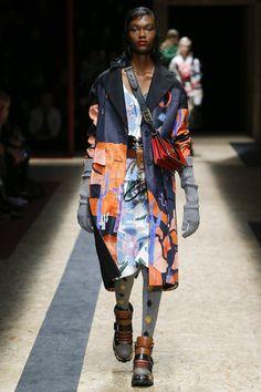 The complete Prada Fall 2016 Ready-to-Wear fashion show now on Vogue Runway. Prada, Runway Fashion, Fashion Show, Fashion Design, Fashion Trends, Milan Fashion, Camille Hurel, Couture 2016, Milano Fashion Week