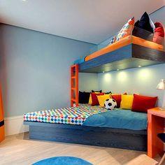 Neste projeto Camila Klein, fizemos uma releitura desse móvel tão usual em quartos de criança: são dois blocos de marcenaria azul-escuros com uma escada interligando-os, sendo que o de baixo, mais grosso e amplo, faz também a vez de sofá com uma composição de almofadas. #camilakleinarquiteta #decoracao #quartodecriança #kidsroom #kidsstyle #bedroom