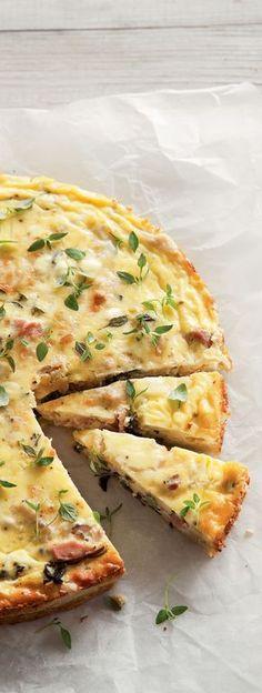 Quiche lorraine on Ranskan hieno ruokalahja maailmalle. Perinteisessä ohjeessa kinkku ja juusto antavat täytteeseen runsaasti makua. Tässä reseptissä niiden seuraksi lisätään vielä meheviä sieniä.
