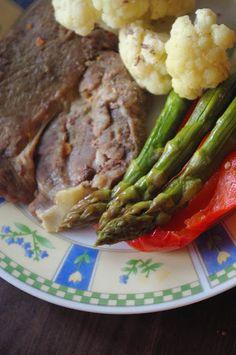 Csipetfalat: Sült hús trikolórban Asparagus, Paleo, Vegetables, Food, Red Peppers, Studs, Vegetable Recipes, Eten, Beach Wrap