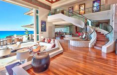 Open living room, to the beach.