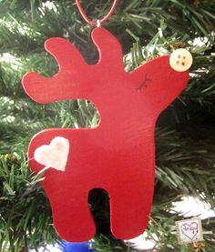Una piccola renna di Babbo #Natale per il tuo albero! Realizzata in legno e dipinta di color rosso, impreziosita da un cuoricino in feltro e un bottone come naso. Di Angypuntobase su Etsy