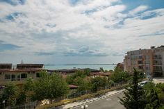Apartment in Sea View Complex Sveti Vlas Set 600 metres from Dinevi Marina in Sveti Vlas, this air-conditioned apartment features a terrace. The unit is 4.1 km from Sunny Beach Central Beach. Free WiFi is offered throughout the property.  The kitchenette is fitted with a fridge.