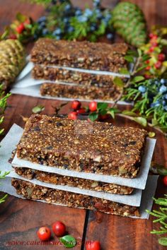 Batoane energizante cu fructe (raw-vegane) | CAIETUL CU RETETE Raw Dessert Recipes, Raw Desserts, Sugar Free Desserts, Raw Vegan Recipes, Sweets Recipes, Baby Food Recipes, Cake Recipes, Granola, Vegan Bio