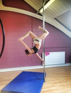 Amazing one handed butterfly. Pole dancing