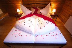 Hochzeitssuite - Wedding -Feriendorf Kirchleitn - www.kirchleitn.com Bed Pillows, Pillow Cases, Album, Furniture, Home Decor, Picasa, Farm Cottage, Environment, Homes
